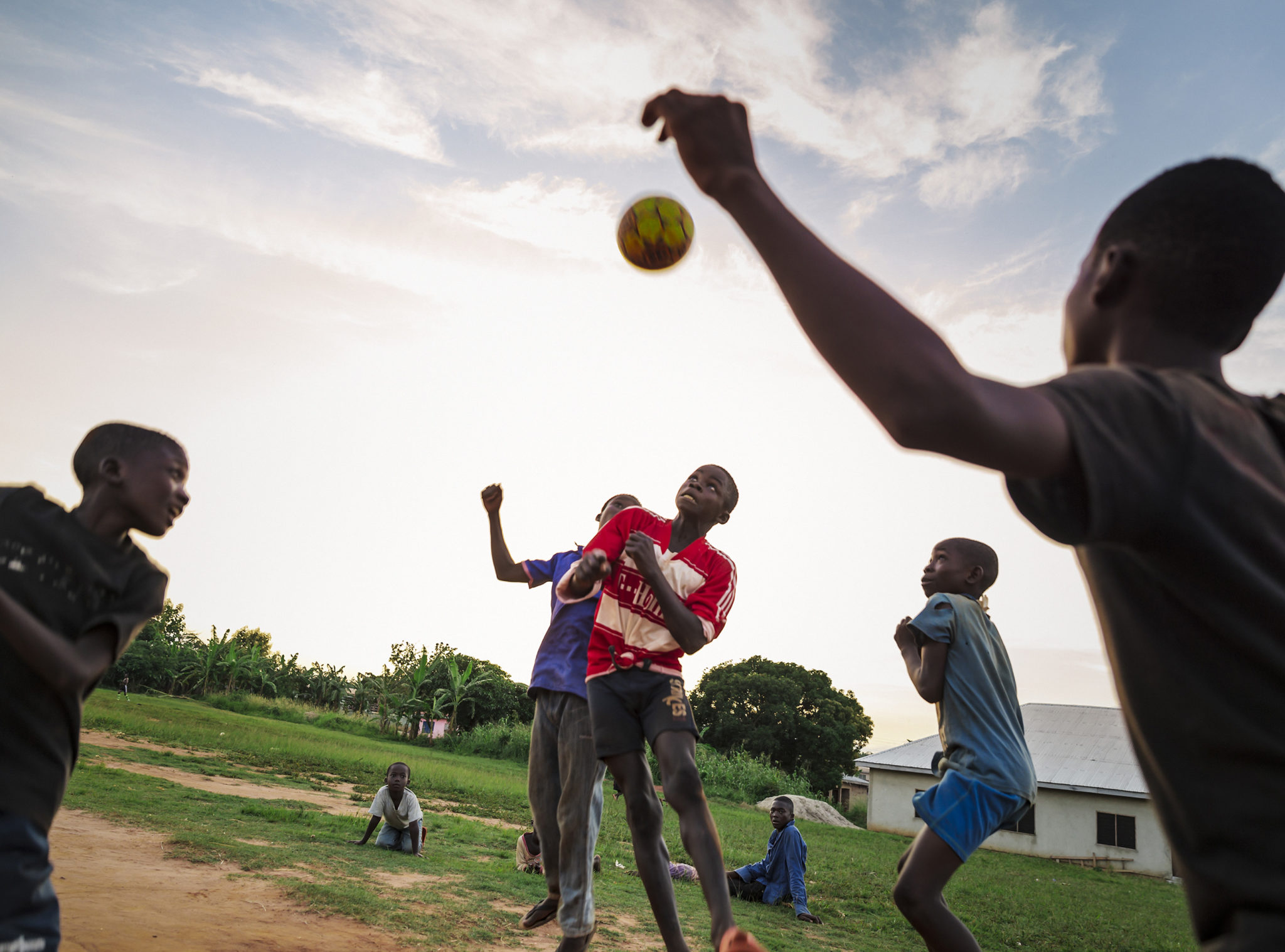 barn spelar fotboll i ghana med operation smile