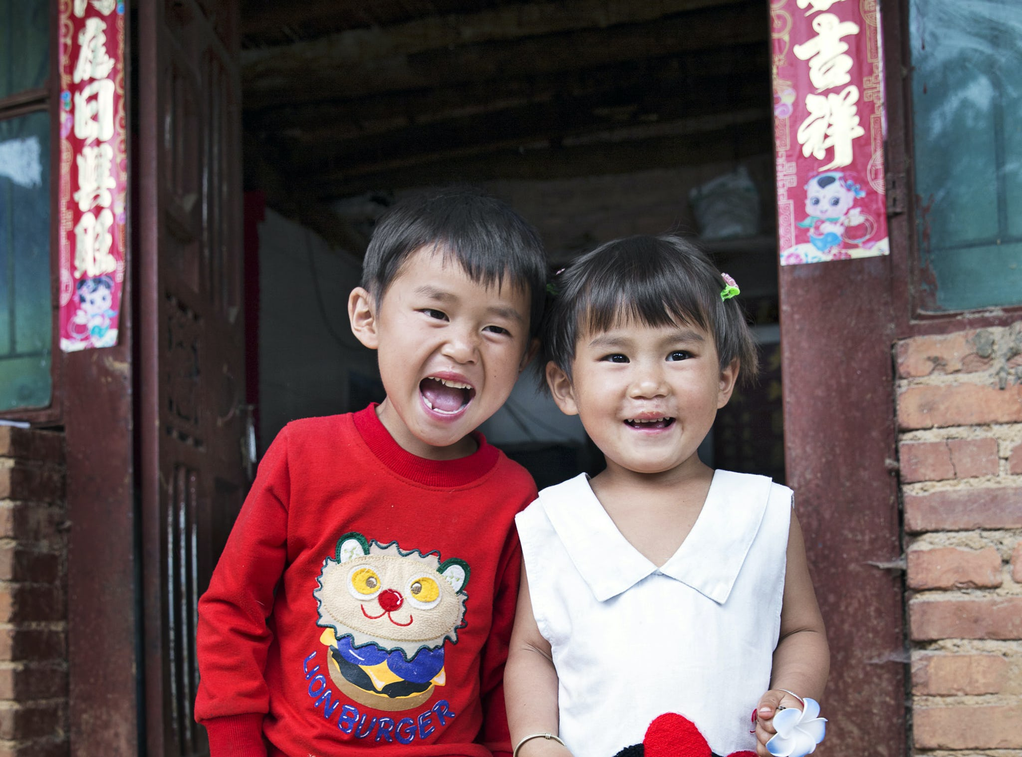 glada syskon efter operation i kina