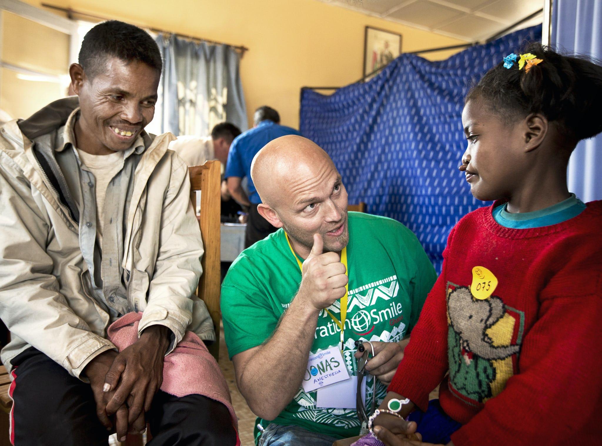 volontär ger tummen upp till tjej som väntar på operation