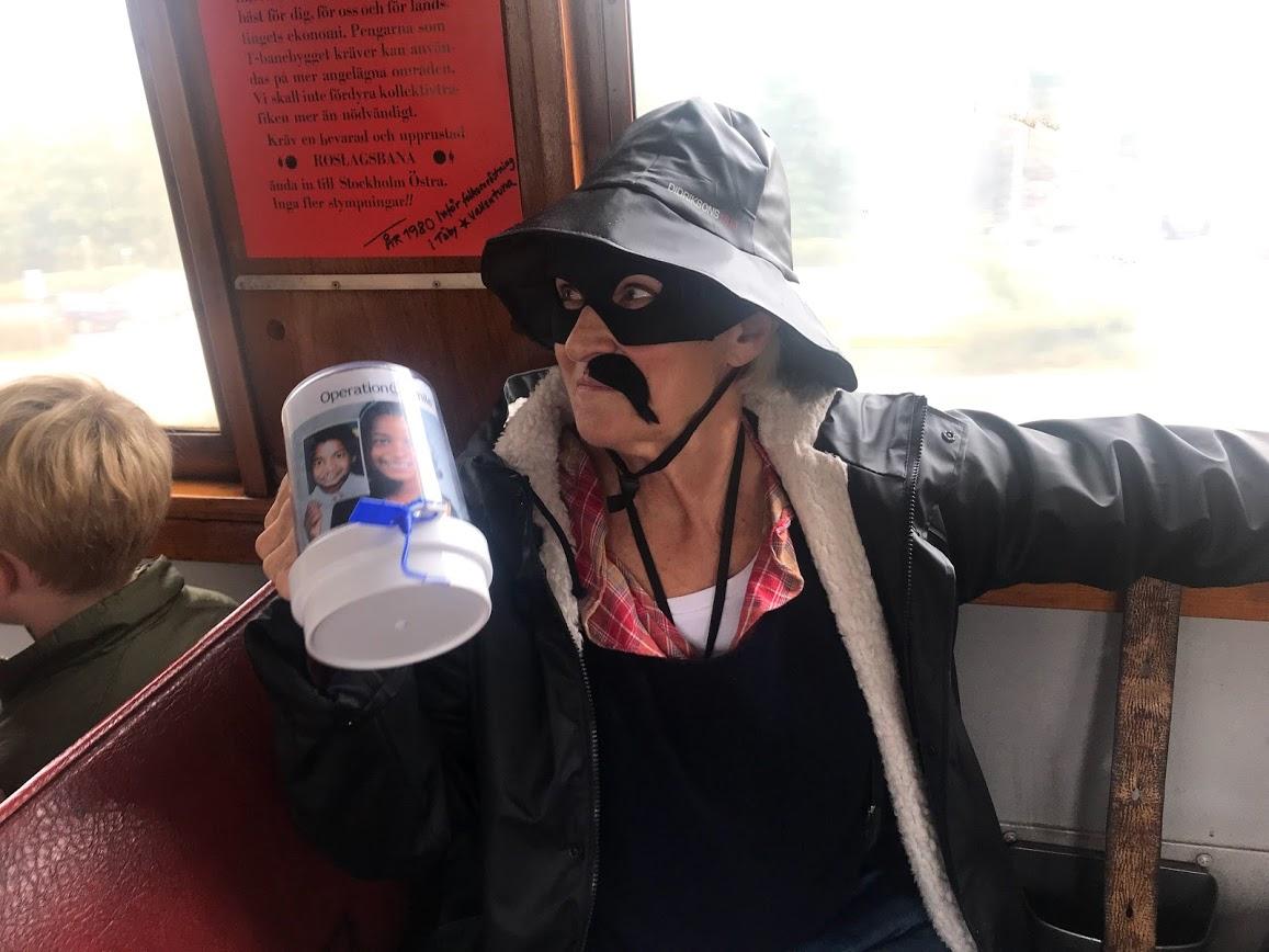 Maskerad rånare samlar in pengar till Operations Smile