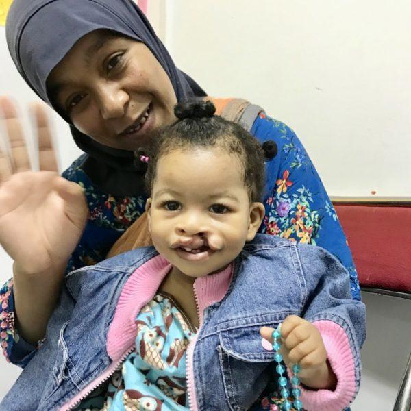 Douaa och mamma innan operation